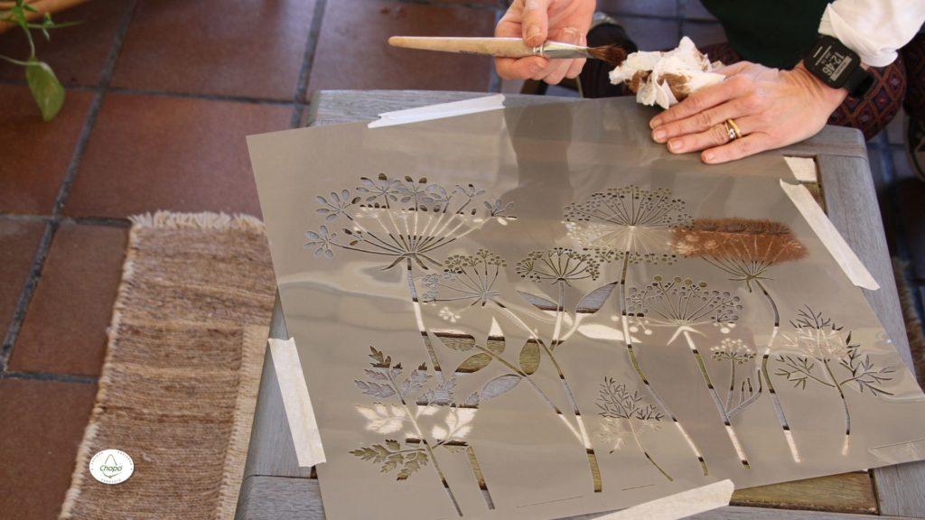 Técnicas para reciclar una mesa con pintura Stain de DecoArt y plantila3