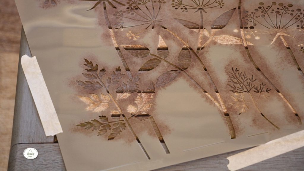 Técnicas para reciclar una mesa con pintura Stain de DecoArt y plantila4